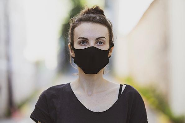 fille portant un masque noir